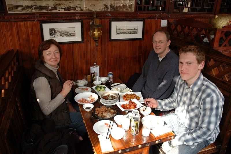 Enjoying dinner with Nel, Wilfried and Silvan-© Rogier Vermeulen