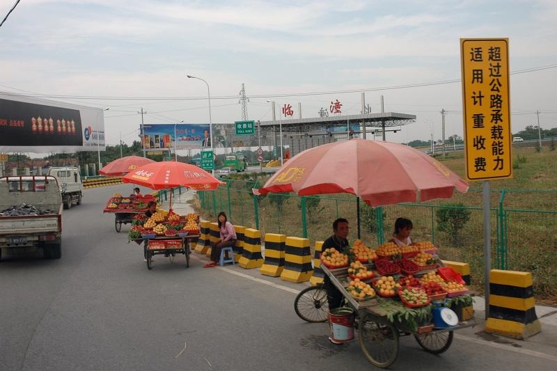 Selling fruit just before the toll gate-© Rogier Vermeulen